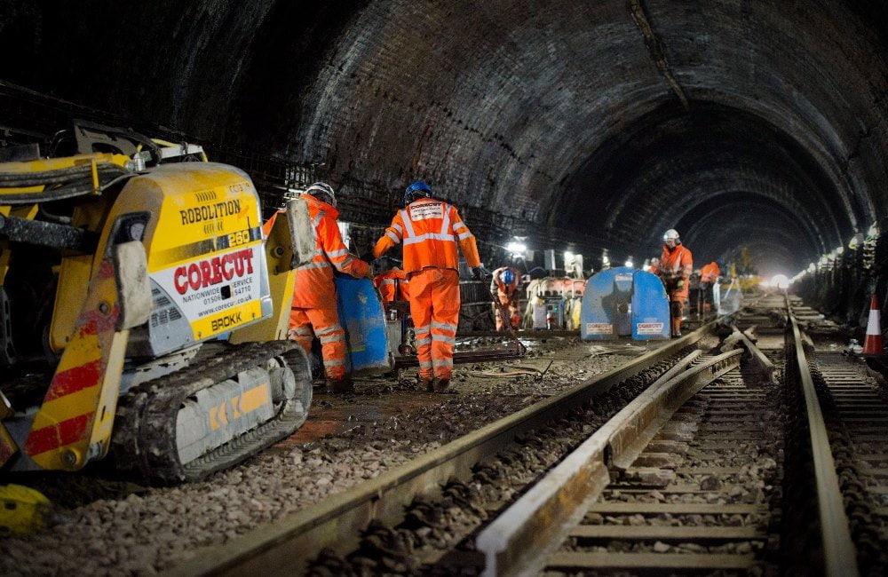Демонтажные роботы Brokk в железнодорожном тоннеле
