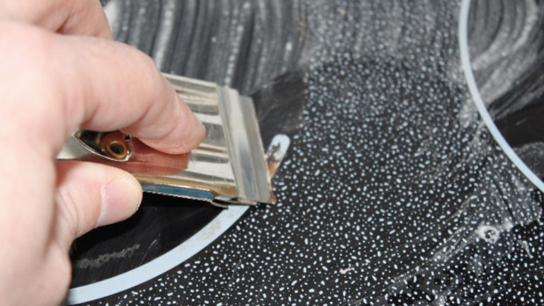 Чистка стеклокерамической плиты горячим полотенцем: уходит даже самый сложный нагар