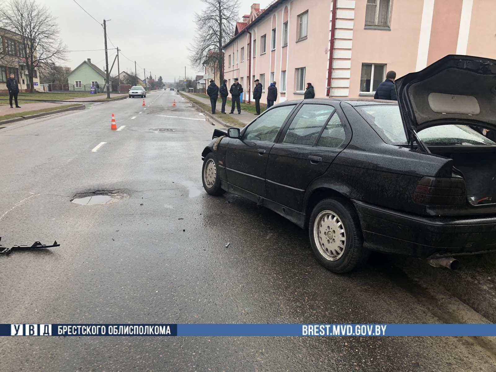 Водитель автомобиля БМВ не справился с управлением и сбил велосипедиста