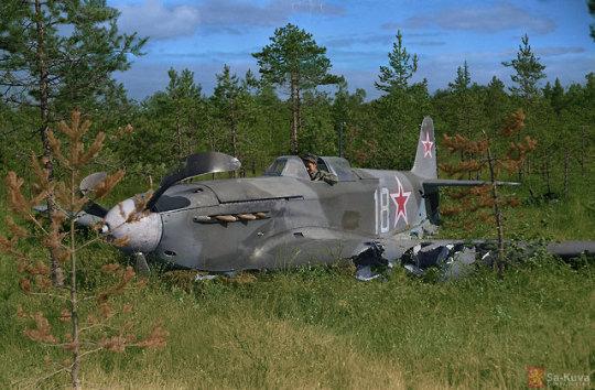 Финский солдат в кабине самолета Як 9Д, потерпевшего крушение, 2 сентября 1944 года.