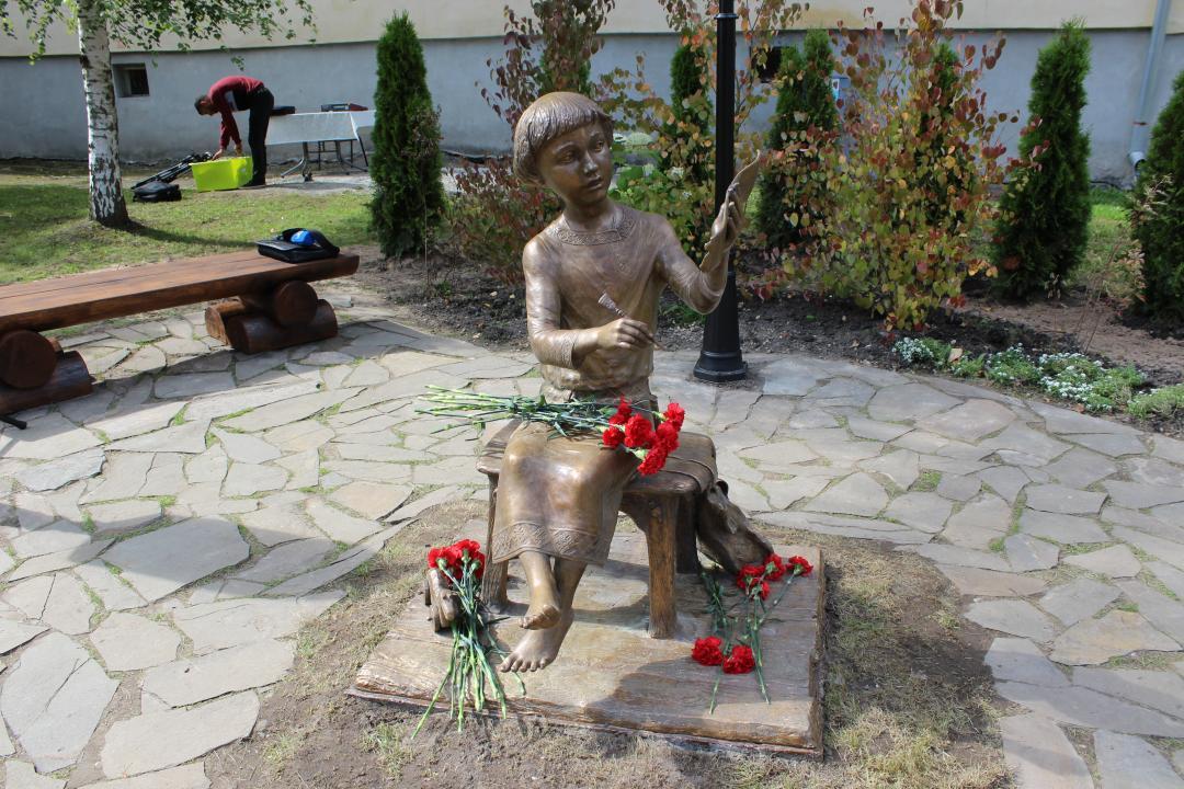 В Великом Новгороде открыли памятник на месте находки первой берестяной грамоты