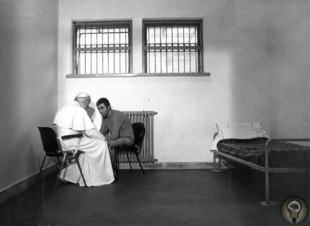 13 мая 1981 года произошло покушение на папу римского Иоанна Павла II, которое совершил турецкий террорист Мехмет Али Агджа На фото: Римский Папа беседует с Али Агджой в тюрьме 27 декабря 1983