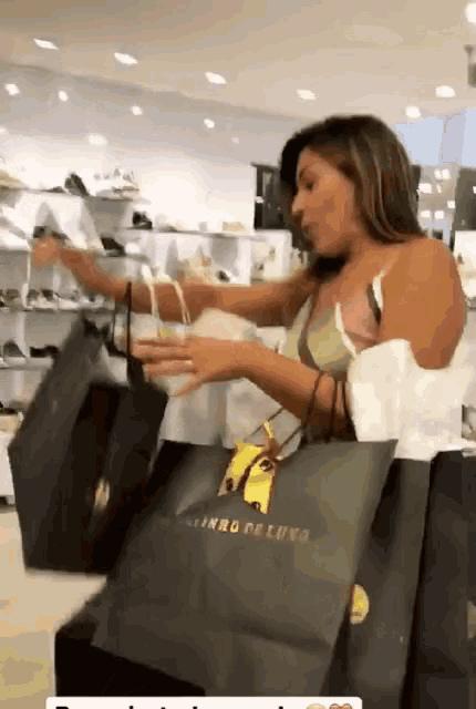 Девушка на шопинге гиф