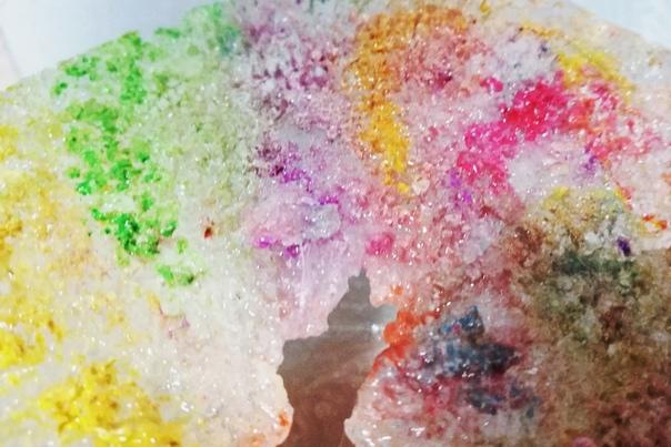 Играем со льдом. 4 эффектные и красочные игры Автор идеи: канал Весело с детьми. Беларусь на Яндекс Дзен. 1. Посыпьте кусок льда солью и посмотрите, какая красота получается! 2. Добавьте