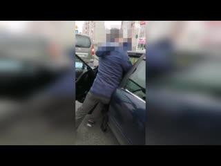 В Бресте на ул. Рябиновой люди задержали водителя, который совершил ДТП