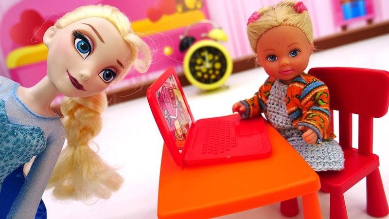 Elsa está viciada em computadores e jogos Evi Love e Elsa Vídeo de brinquedos para meninas