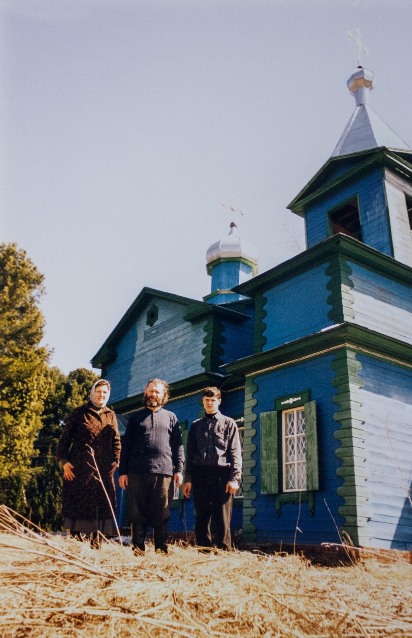 На Пасху у храма с матушкой Людмилой и сыном Евгением