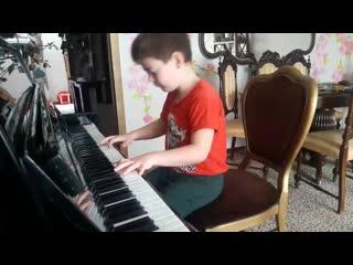 Юный пианист.