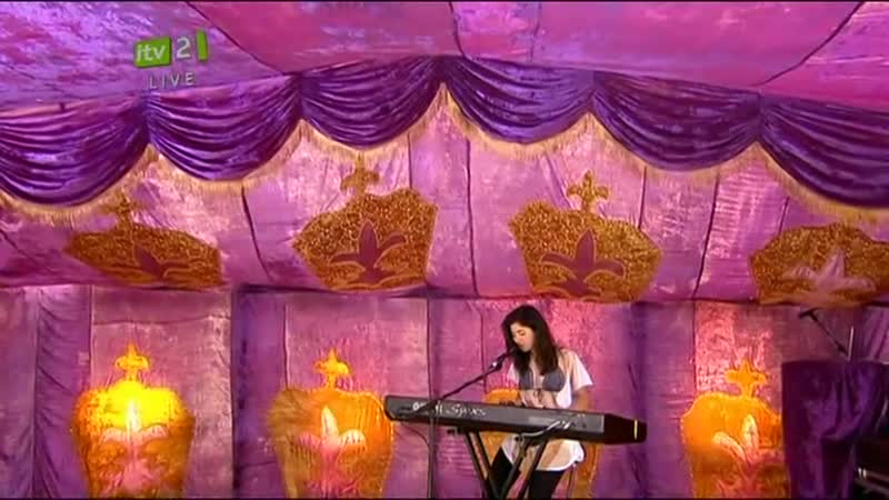 Marina and the Diamonds Obsessions Live acoustic Isle Of Wight Festival Intro 11 06 2010