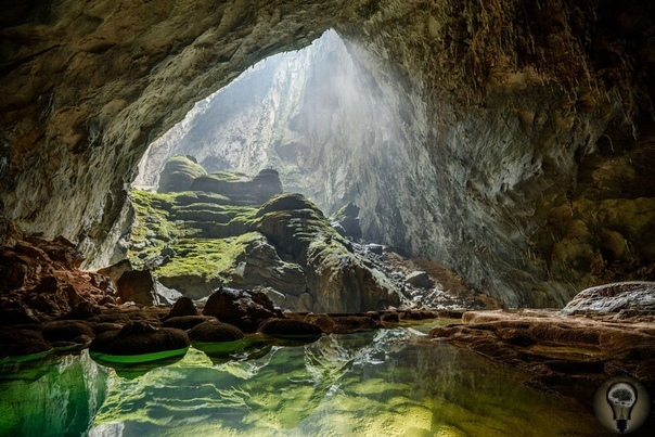 Завораживающие фото из пещеры Шондонг Удивительно, что самую большую пещеру нашли совершенно случайно. Если бы одним дождливым днем вьетнамец Хо Хань не решил укрыться от ливня, то возможно мы