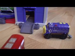 Играем в игрушки весёлые паровозики из Чаггингтона - видео для детей