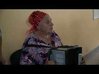 Чья - то мама, поёт в доме престарелых  .