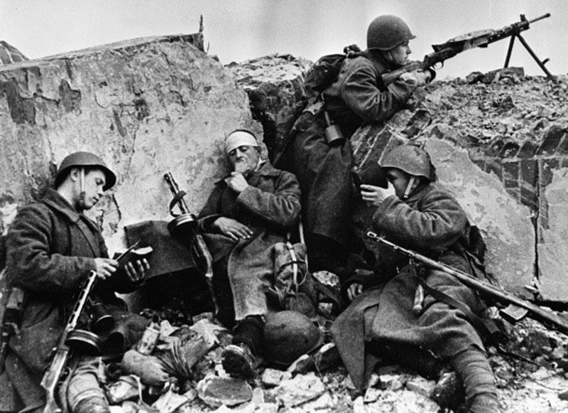 Солдаты Белорусского фронта отдыхают после боя во время Великой Отечественной войны. Белоруссия, 1 апреля 1944 г.