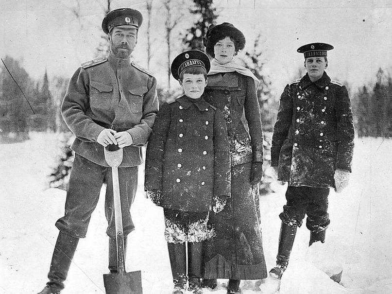 Чтобы кататься на лыжах, Романовы возвели рядом с губернаторским домом небольшую горку на праздники.