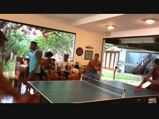 Роналдиньо и Кураньи играют в настольный теннис