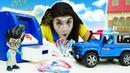 Видео про игры в магазин Барби и полицейских! Полицейская машина преследует Ромео! Игрушки клоуна