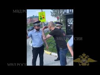 Житель ХМАО бросил 100 тысяч рублей в полицейского Видео