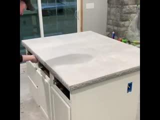 Пример того как мастера заливают столешницы
