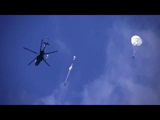 «Десантный взвод»: бойцы ВДВ выполнили прыжки с парашютом с вертолетов Ми-8АМТШ