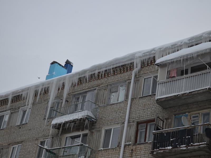 Ответственность за очистку от наледи и сосулек крыш многоквартирных домов несут управляющие компании, за очистку козырьков над балконами и кондиционеров - собственники помещений