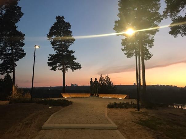 Новая подсветка у памятника на Моховых горах