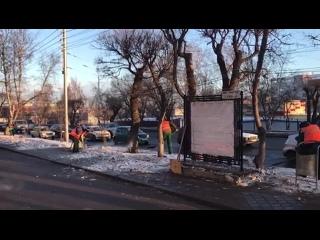 Коммунальщики откапывают чистый снег