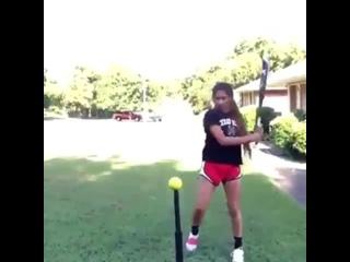 Девушка круто владеет битой