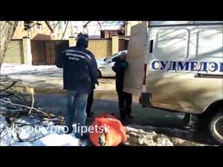 Тело мужчины, несколько дней пролежавшее в квартире, забрали судебные медики