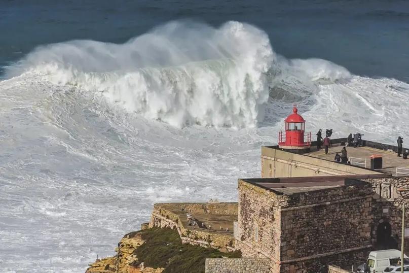 Маяк в Назаре и гигантская волна