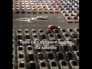 Как обновляются тысячи Tesla  Сотрудник завода снял обновление ПО на заводской парковке. Будто снова Новый год.