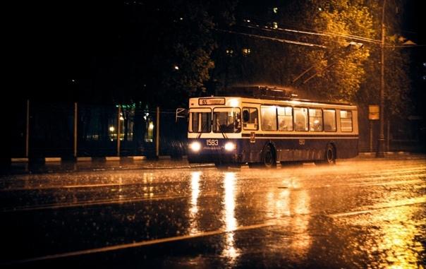 Ночной экспресс Двери троллейбуса сложились гармошкой, и тепло из салона вырвалось паром в ночную прохладу. Пятерка ночных гуляк влетела внутрь, громко оббивая грязные носы своих ботинок обо