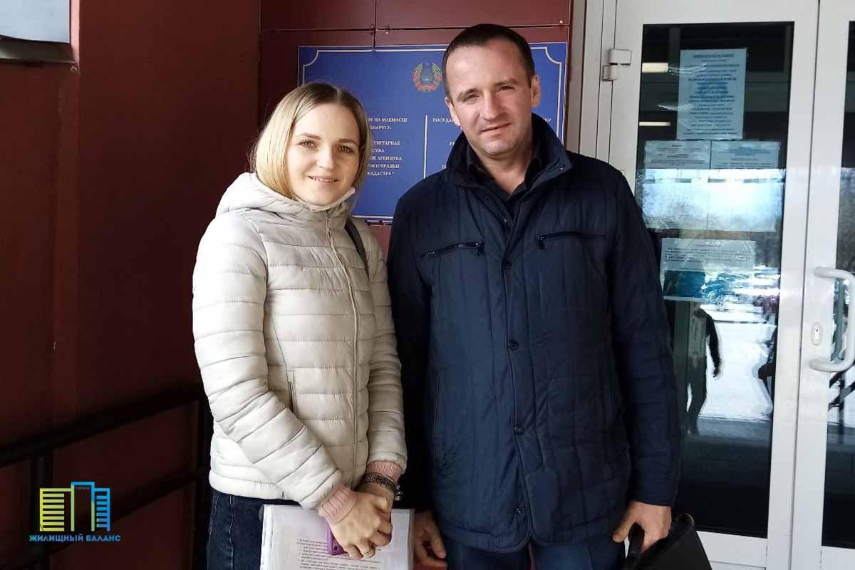 На фото член кооператива (слева), для которого была приобретена одна из квартир в рассрочку, после совершения сделки купли-продажи