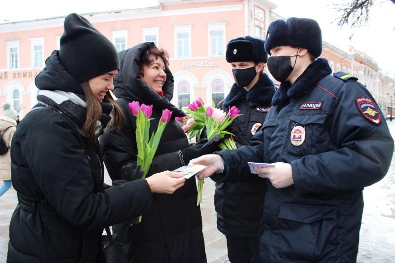 Цветы и памятные открытки получили женщины от сотрудников полиции Нижнего Новгорода