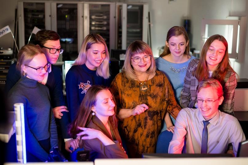 Фото: Людмила Петровна и студенты