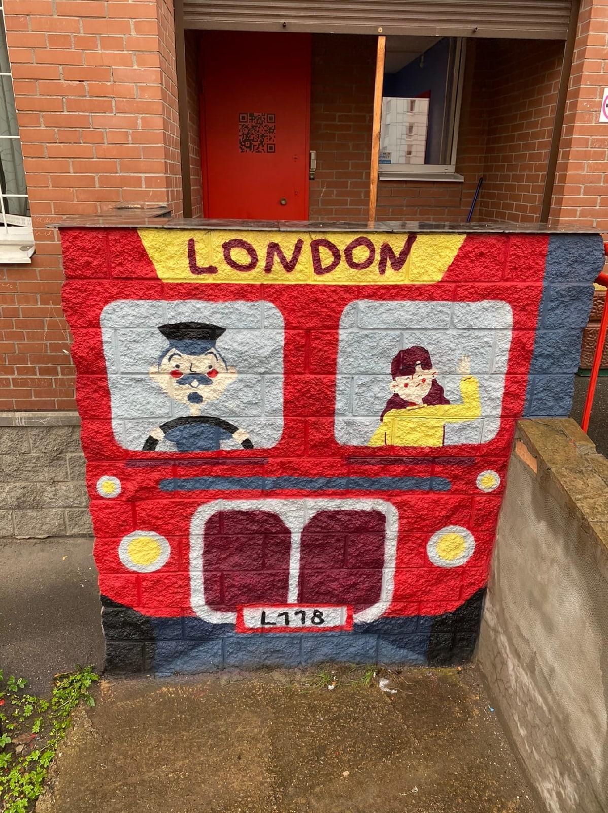 лондонский автобус на стене