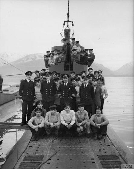 Экипаж подводной лодки «Тигрис», в центре командир корабля Г. Боун, после возвращения из Полярного в Великобританию, декабрь 1941-го www.iwm.org.uk