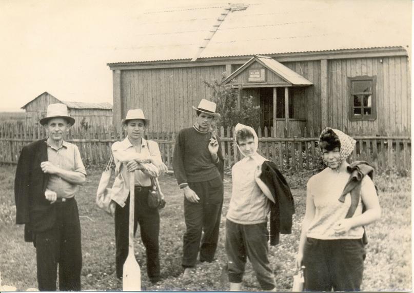 М.Р. Полесских с участниками раскопок Ахунского городища,1963 г.