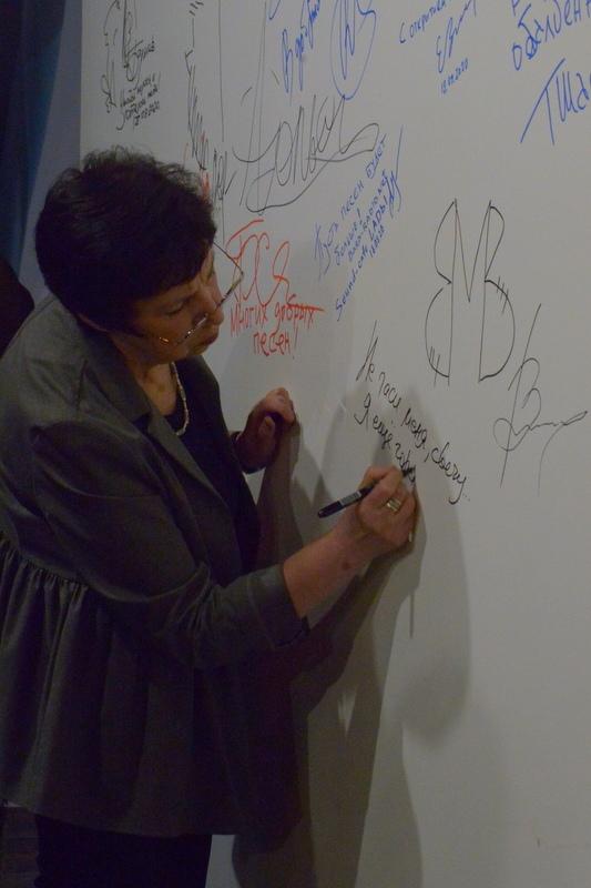 Вероника Аркадьевна оставляет памятный автограф на стене в «Гнезде глухаря»