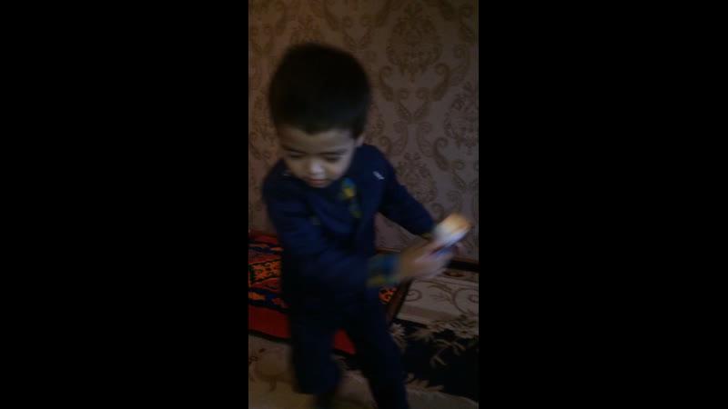 Али танцует
