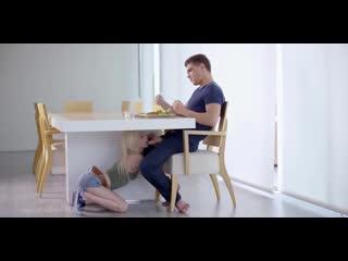 Худая русская шлюшка сосет брату большой хуй под столом Piper Perry секс порно минет анал инцест мжм оргия анал в попку рот