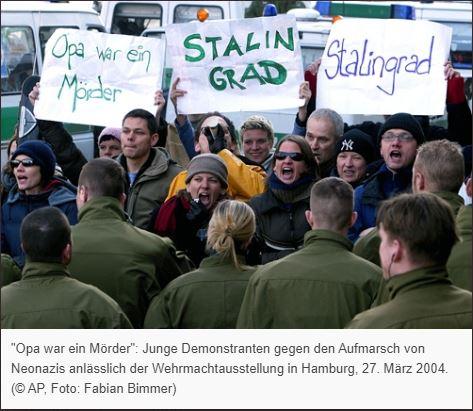 Выступление против демонстрации неонацистов в Гамбурге 27 марта 2004 года. Надписи на плкатах «Дедушка был убийцей» и «СТАЛИГРАД». Источник: AP, фотограф Фабиан Биммер