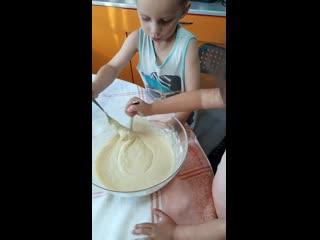 Сериал юные кулинары, пробуем на вкус готовое тесто)))