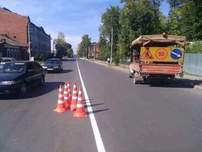 На улицах Петровска ведутся работы по нанесению дорожной разметки: водителей просят не создавать помехи специализированной службе