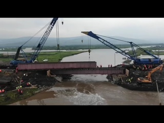 Железнодорожники устанавливают второй пролёт разрушенного стихией моста в Забайкалье